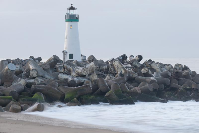 Santa Cruz Breakwater Lighthouse Walton Lighthouse, Vreedzame kust, Californië, Verenigde Staten, Californië bij zonsopgangvuurto royalty-vrije stock fotografie