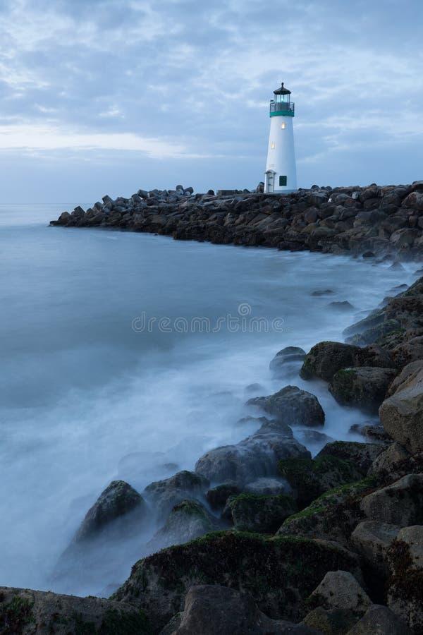 Santa Cruz Breakwater Lighthouse Walton Lighthouse, Vreedzame kust, Californië, Verenigde Staten, Californië bij zonsopgangvuurto stock foto