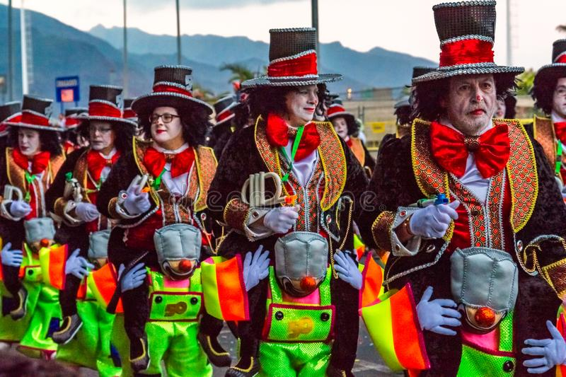 Santa Cruz de Тенерифе, Испания, Канарские острова 13-ое февраля 2018: Танцоры масленицы на параде на Carnaval Santa Cruz de Тене стоковое фото
