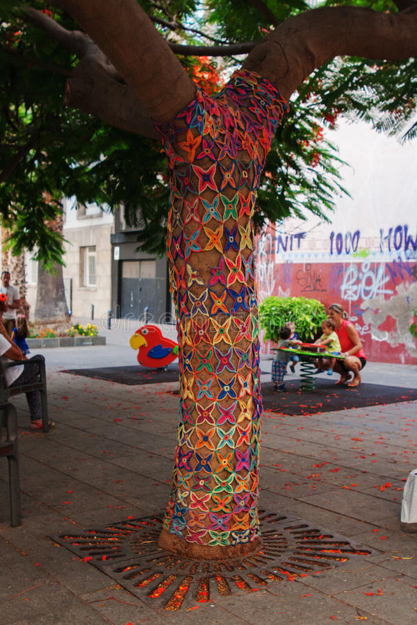 SANTA CRUZ DE ТЕНЕРИФЕ, ИСПАНИЯ, февраль 2015 - орнамент мозаики картины Knit украсил деревья в саде городка стоковое фото rf