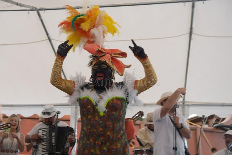 SANTA CRUZ DE LA PALMA, CANARISCHE EILANDEN, SPANJE - MAART 04, 2019: La Negra Tomasa Dance tijdens Los Indianos Carnaval Partij royalty-vrije stock fotografie