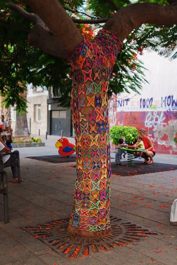 SANTA CRUZ DE TENERIFE, HISZPANIA, LUTY 2015-Knit wzoru mozaiki ornamenty dekorujący drzewa w miasteczku uprawia ogródek zdjęcie royalty free