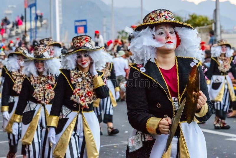 Santa Cruz de Tenerife, Hiszpania, wyspy kanaryjska: Luty 13, 2018: Karnawałowi tancerze na paradzie przy Carnaval obrazy stock