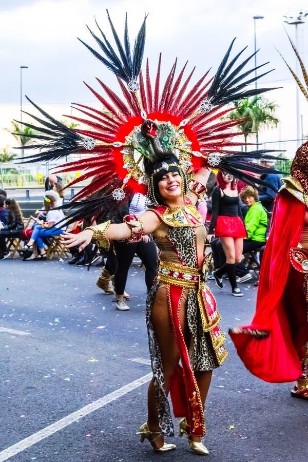 Santa Cruz de Tenerife, Hiszpania, wyspy kanaryjska: Luty 13, 2018: Karnawałowy tancerz na paradzie przy Carnaval zdjęcie stock