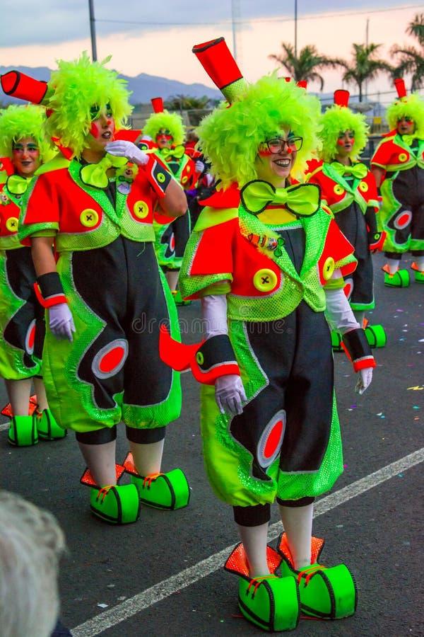 Santa Cruz de Tenerife, Hiszpania, wyspy kanaryjskie Luty 13, 2018: Karnawałowi tancerze na paradzie przy Carnaval Santa Cruz de  obrazy royalty free