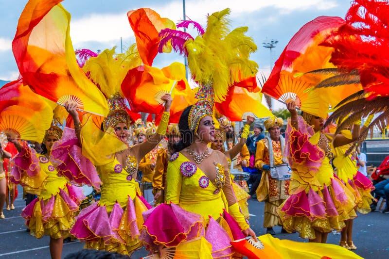 Santa Cruz de Tenerife, Hiszpania, wyspy kanaryjskie Luty 13, 2018: Karnawałowi tancerze na paradzie przy Carnaval Santa Cruz de  obraz stock