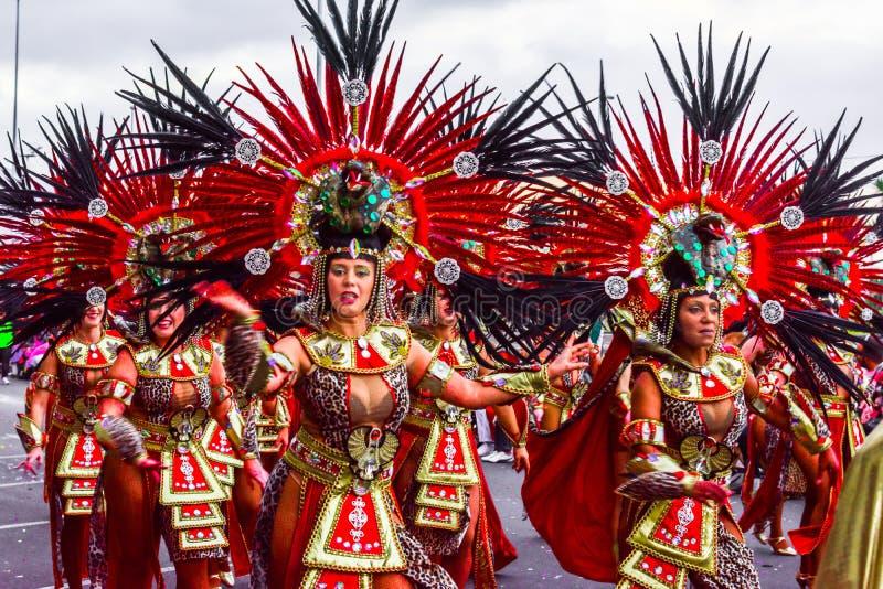 Santa Cruz de Tenerife, Hiszpania, wyspy kanaryjskie Luty 13, 2018: Karnawałowi tancerze na paradzie przy Carnaval Santa Cruz de  fotografia royalty free
