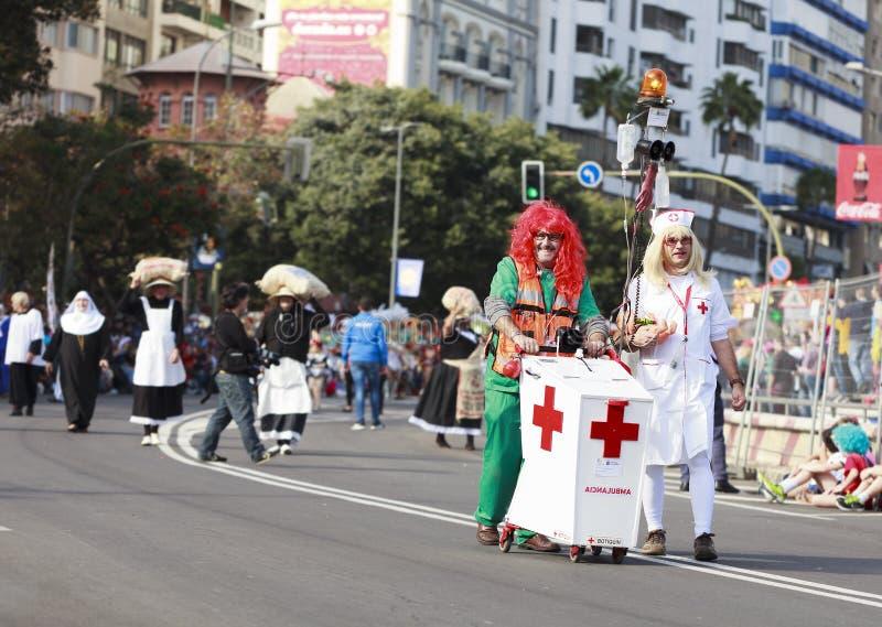 SANTA CRUZ DE TENERIFE, ILHAS CANÁRIAS - cerca do FEVEREIRO DE 2018: Grupos do carnaval e caráteres trajados, parada através das  imagens de stock royalty free