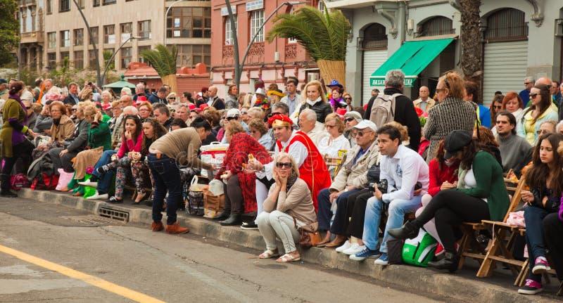 SANTA CRUZ, ESPAÑA - 12 de febrero: espectadores que aguardan el carnaval imagen de archivo libre de regalías