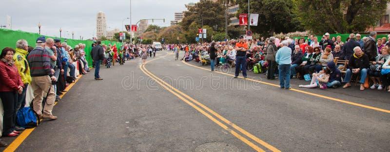 SANTA CRUZ, ESPAÑA - 12 de febrero: espectadores que aguardan el carnaval fotos de archivo libres de regalías