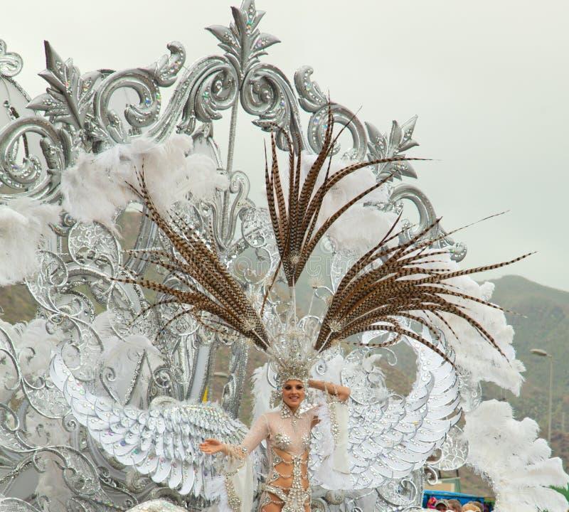 SANTA CRUZ, ESPAÑA - 12 de febrero: La reina del carnaval saluda el v fotos de archivo
