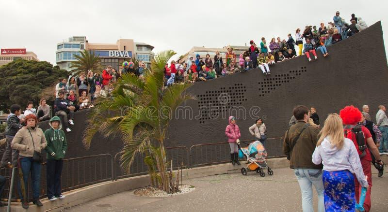 SANTA CRUZ, ESPAGNE - 12 février : visualisateurs attendant le carnaval photographie stock libre de droits