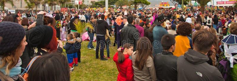 SANTA CRUZ, ESPAGNE - 12 février : visualisateurs attendant le carnaval image stock