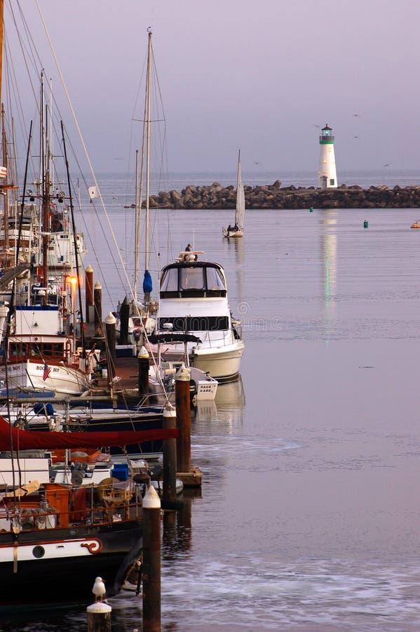 Santa Cruz Harbor door Walton Lighthouse wordt beschermd dat royalty-vrije stock fotografie