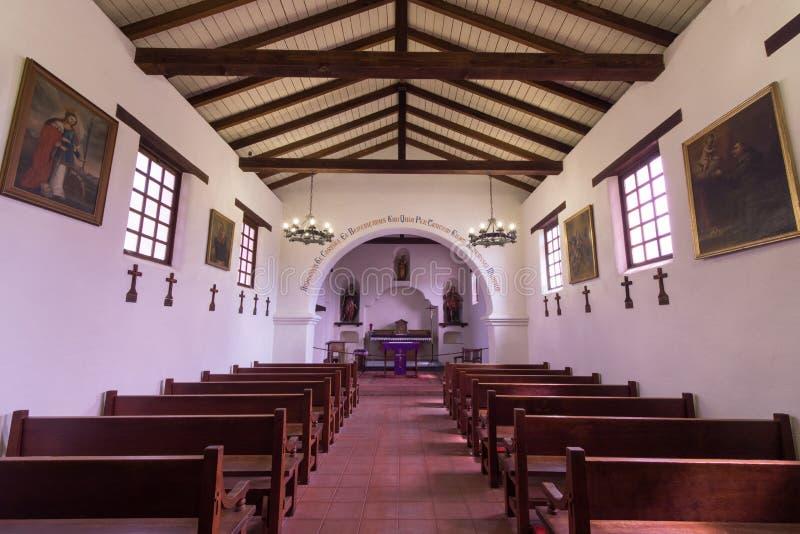 Santa Cruz Kalifornia, Marzec, - 24, 2018: Wśrodku misi kaplicy repliki misja Santa Cruz fotografia royalty free