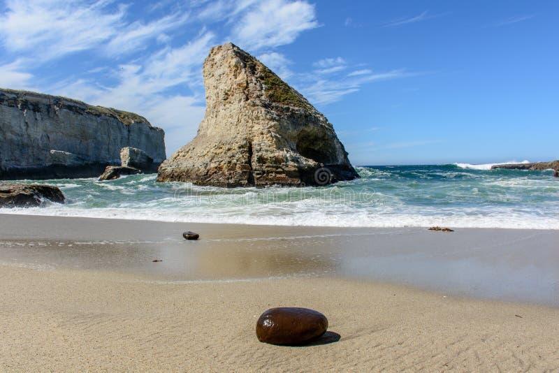 Santa Cruz Shark Fin Cove med stenen på stranden fotografering för bildbyråer