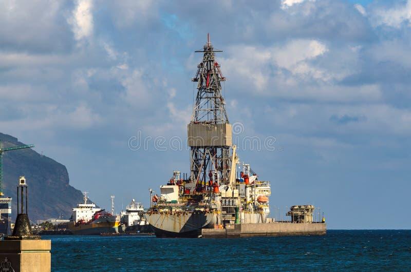 Santa Cruz, Spanje, 12/19/3014: Een booreiland wordt gereviseerd in de haven stock afbeelding