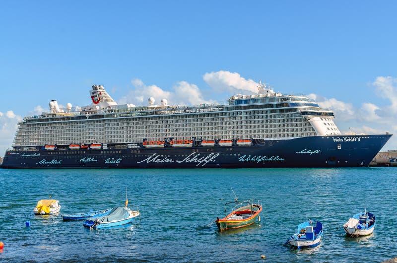 Santa Cruz, Spanje, 12/19/2014: Een cruiseschip legde in de haven, tegenover de vissersboten vast stock foto's