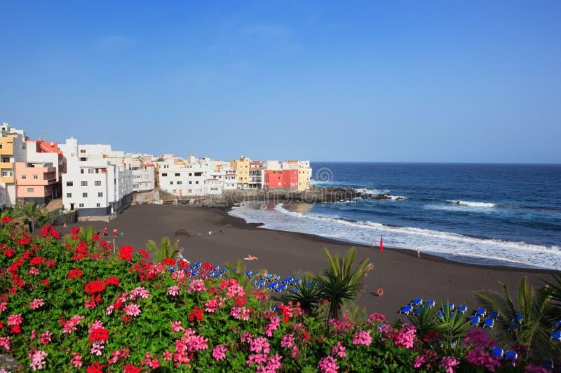 Santa Cruz, Tenerife, Spagna - 3 marzo 2008: bellissima spiaggia vulcanica di Santa Cruz immagini stock