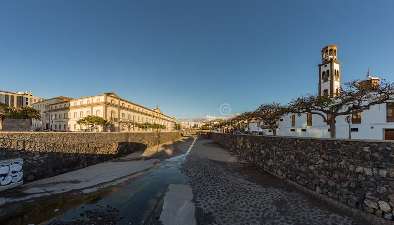 Santa Cruz, Tenerife, Spanje - September 20, 2018: Het vierkant van Spanje - Plaza DE Espana- met groot kunstmatig fonteinmeer fa royalty-vrije stock foto
