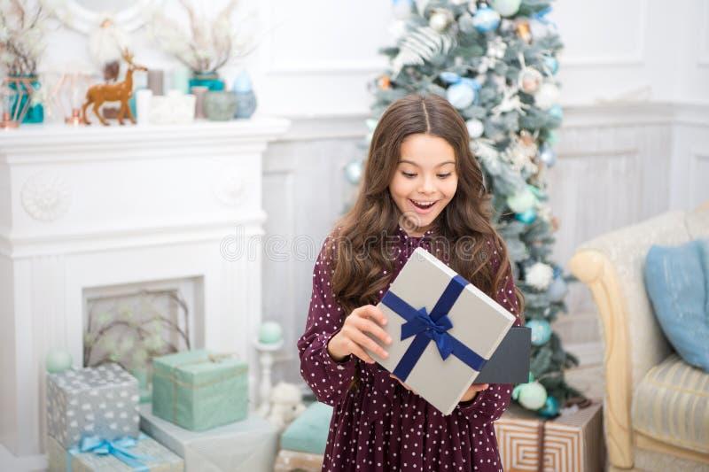 santa czekanie Zima Śliczna małe dziecko dziewczyna z xmas teraźniejszością szczęśliwego nowego roku, bożych narodzeń target952_1 zdjęcie royalty free