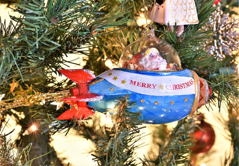 Santa dans la fusée de vaisseau spatial est pressé de célébrer Noël photographie stock libre de droits