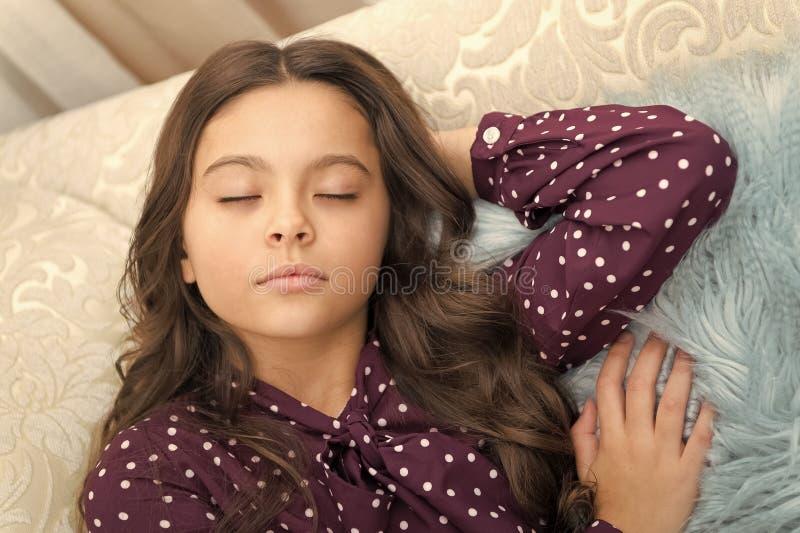 Santa de attente L'hiver An neuf heureux Maison douce petite fille dormant ? la maison Vacances de famille de No?l Matin photo stock