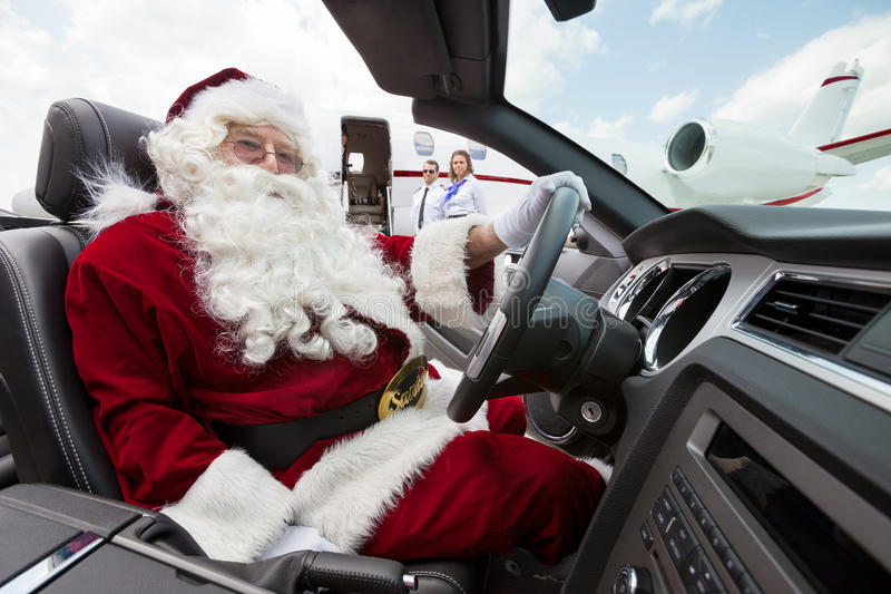 Santa Driving Convertible At Airport-Anschluss lizenzfreies stockbild