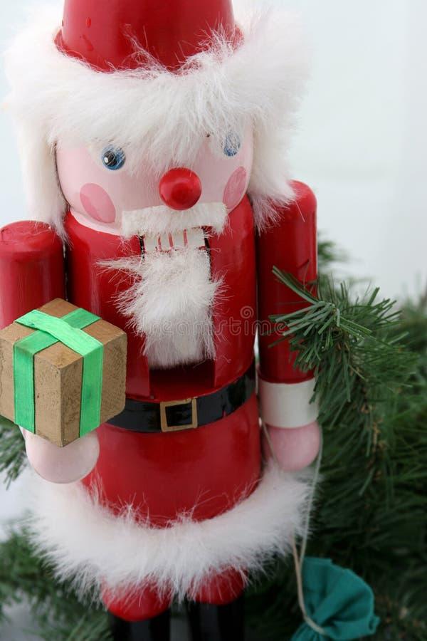 Santa dziadek do orzechów na sośnie zdjęcie stock