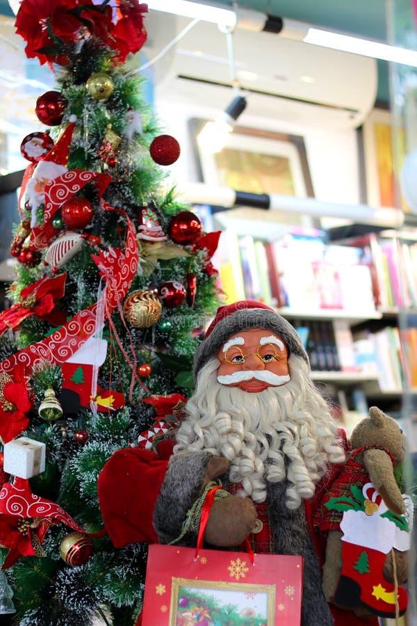 Santa e um pinheiro decorado em uma loja imagem de stock royalty free