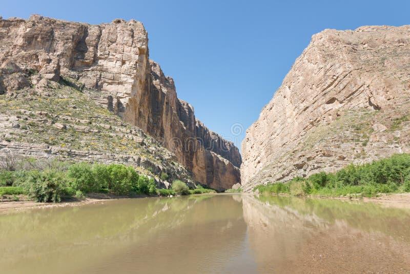 Santa Elena Canyon Reflection, parque nacional de la curva grande, TX imagenes de archivo