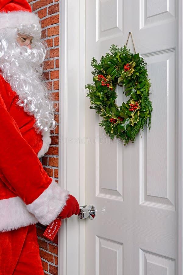 Santa employant sa clé magique image libre de droits
