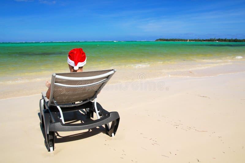 Santa en el sillón en la playa fotografía de archivo