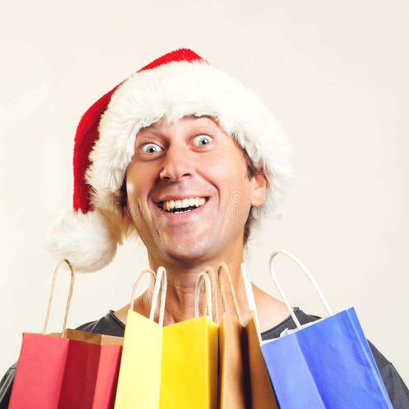 Santa engraçada que guarda sacos de compras Ano novo feliz Natal de compra em linha Copie o espa?o Compra, vendas e descontos do  imagem de stock royalty free