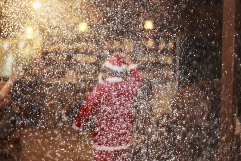 Santa et partie à la nuit avec la neige photographie stock