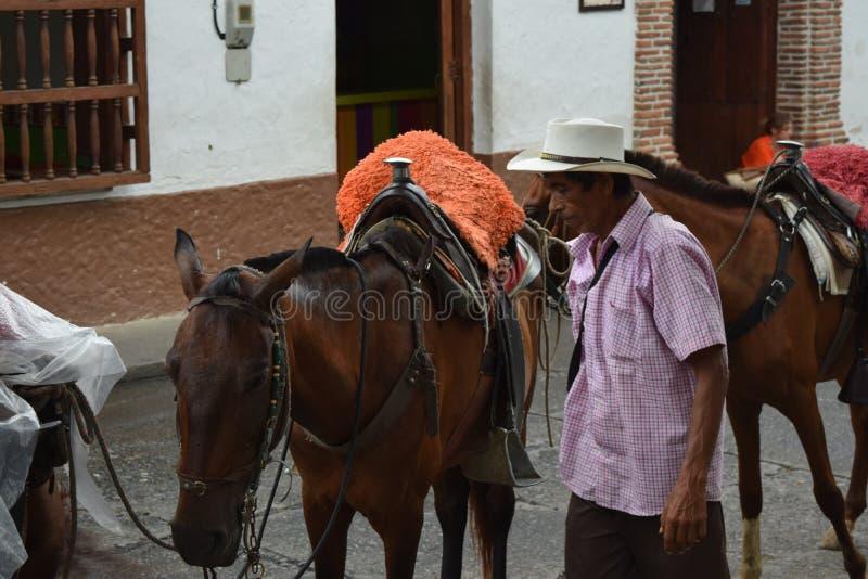 Santa Fé de Antioquia, Colômbia - 26 de junho de 2017: Fazendeiro que trabalha w imagens de stock royalty free