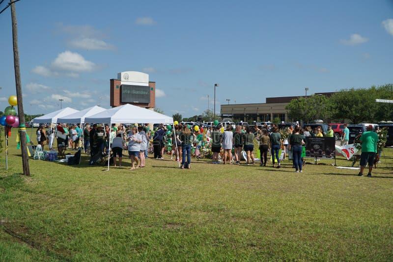 Santa Fe, Texas, EUA, o 29 de maio de 2018: Cerimonia comemorativa da posse dos estudantes antes de retornar de volta à escola imagens de stock