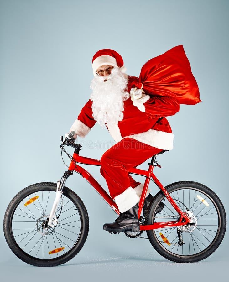 Santa feliz na bicicleta imagem de stock royalty free