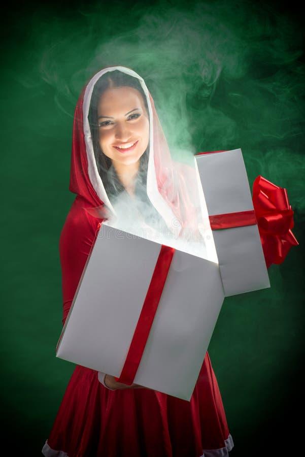 Santa femelle avec le cadre magique de cadeau de Noël images libres de droits