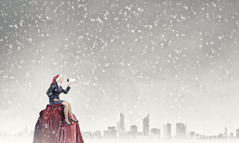 Santa femelle faisant l'annonce photos stock