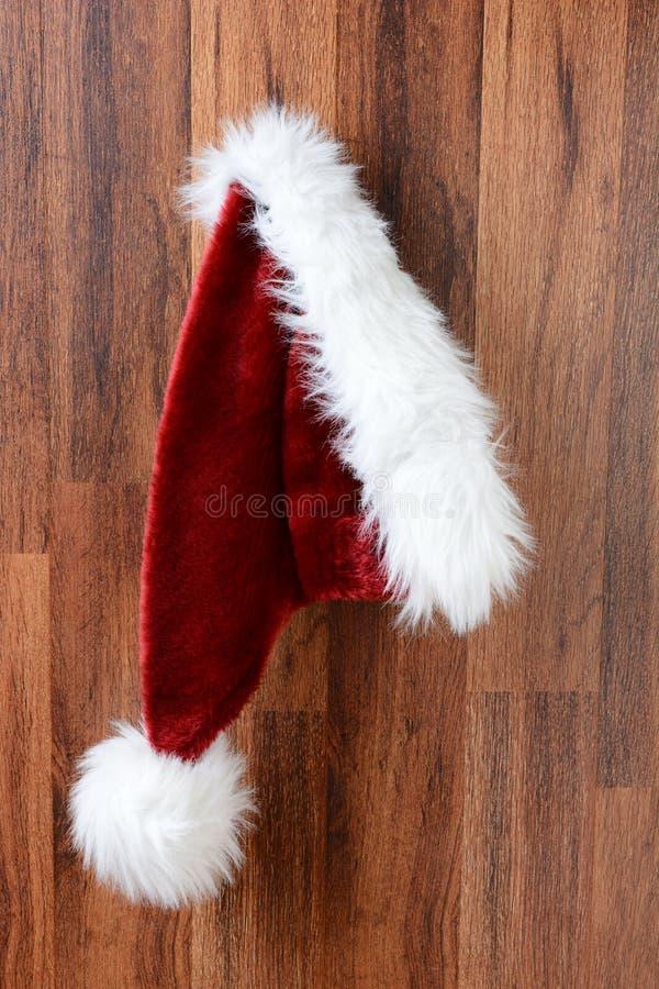 Santa Hat Hanging auf einer Wand stockfoto