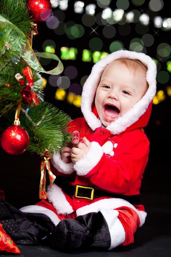 Santa hjälpreda som dekorerar julgranen fotografering för bildbyråer