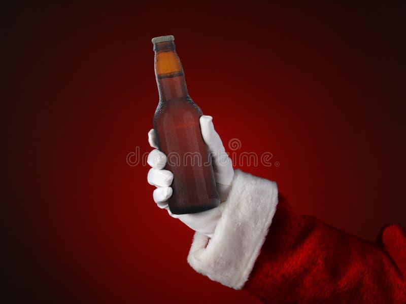 Santa Holding en flaska av öl royaltyfria foton