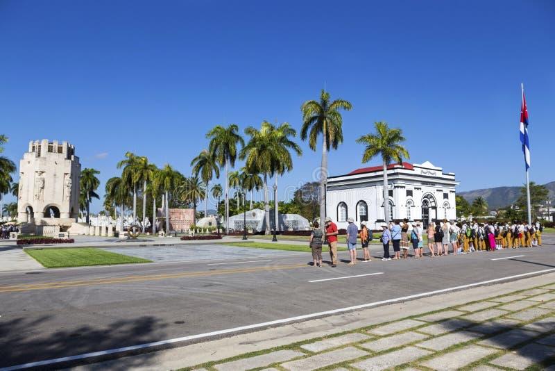 Santa Ifigenia Military Cemetery Change dei turisti Santiago De Cuba delle guardie immagine stock
