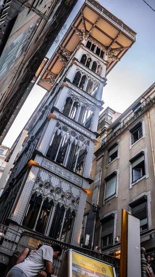 Santa Justa Lift van de mening van het straatniveau in Lissabon Lissabon Portugal datum 25 juli 2019 stock foto