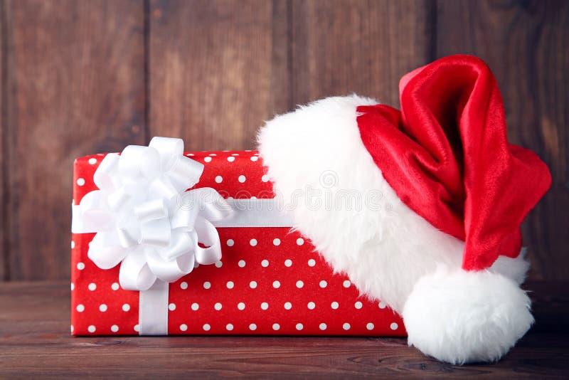 Santa kapelusz z prezenta pudełkiem fotografia stock