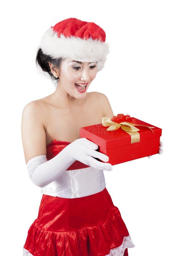 Santa kobieta otrzymywa Bożenarodzeniowego prezent na studiu fotografia stock