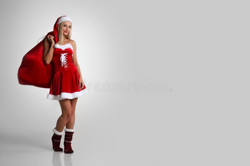 Santa kvinna med julgåvor royaltyfria foton