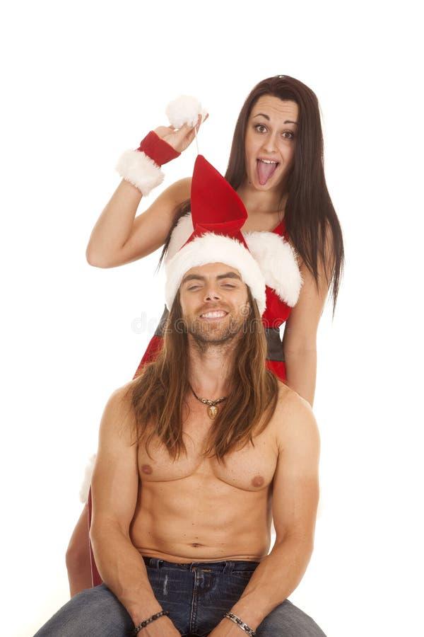 Santa la couplent reposent derrière le chapeau de traction photos stock