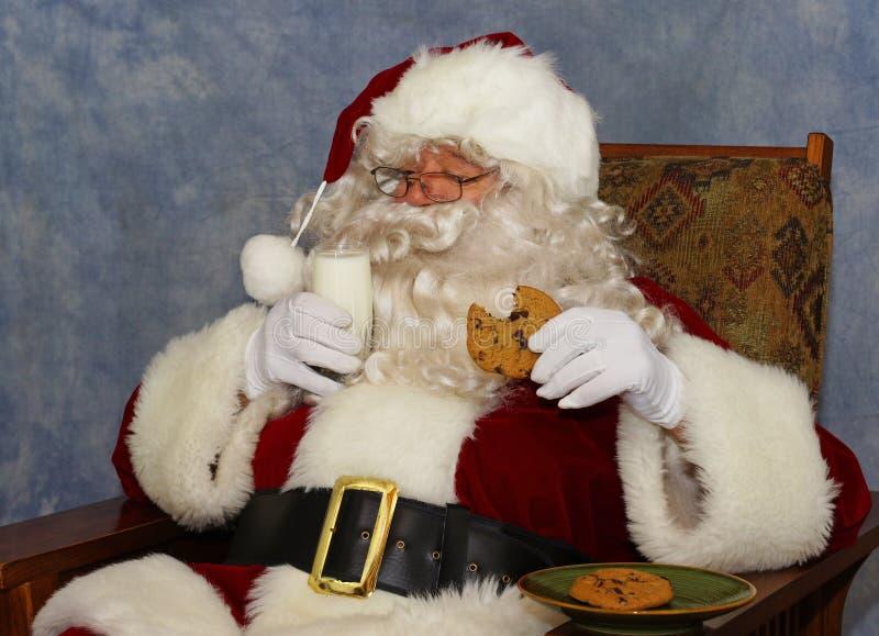 Santa a le lait et un biscuit photos libres de droits